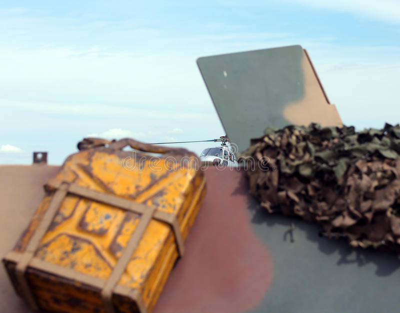 Желтый танк бензина воинской тележки во время деятельности t стоковая фотография