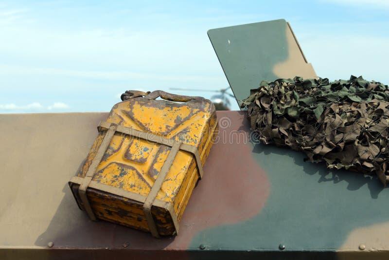 Желтый танк бензина воинской тележки стоковая фотография
