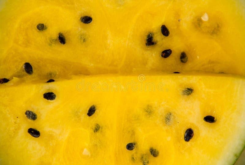 Желтый цвет арбуза Popsicles куска арбуза на винтажной голубой деревенской деревянной предпосылке yummy свежий десерт помадки пло стоковое изображение
