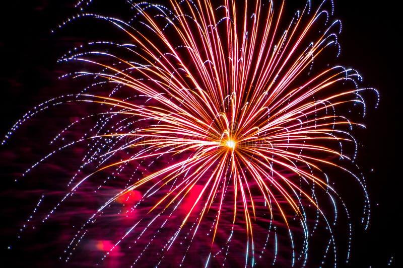 Желтый цвет голубых шипов торжества фейерверков фейерверка красный фиолетовый стоковые фото