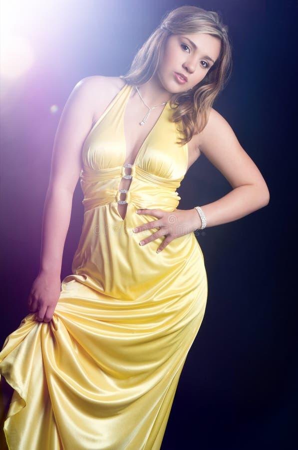 желтый цвет женщины студии съемки платья стоковое фото