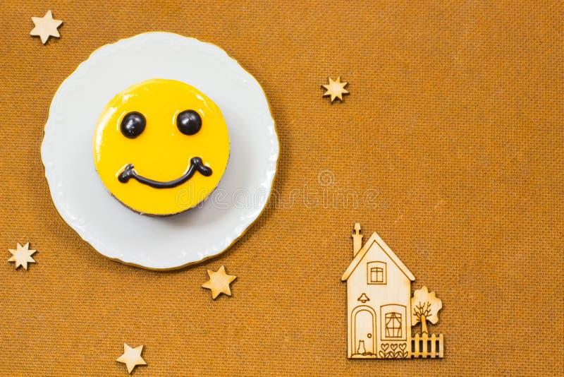 Желтый чизкейк с коричневыми глазами Звезды и дом значков стоковые изображения rf