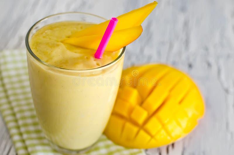 Желтый smoothie югурта манго для здорового завтрака стоковые изображения rf