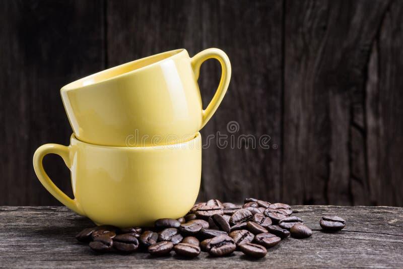 2 желтых чашки эспрессо стоковые фото