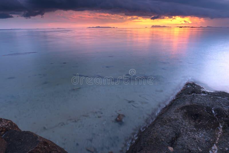 живая тропическая предпосылка захода солнца seascape, выборочный фокус на горизонте стоковое изображение rf