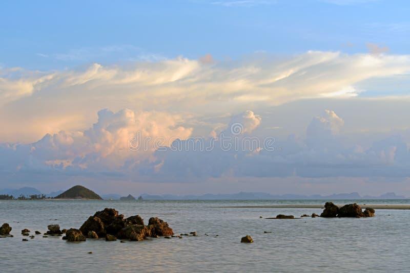 живая тропическая предпосылка захода солнца seascape стоковое фото rf