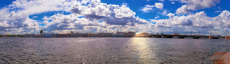 Живая широкоформатная солнечная панорама реки Neva в Санкт-Петербурге от места обваловки под драматическими облаками стоковое фото rf