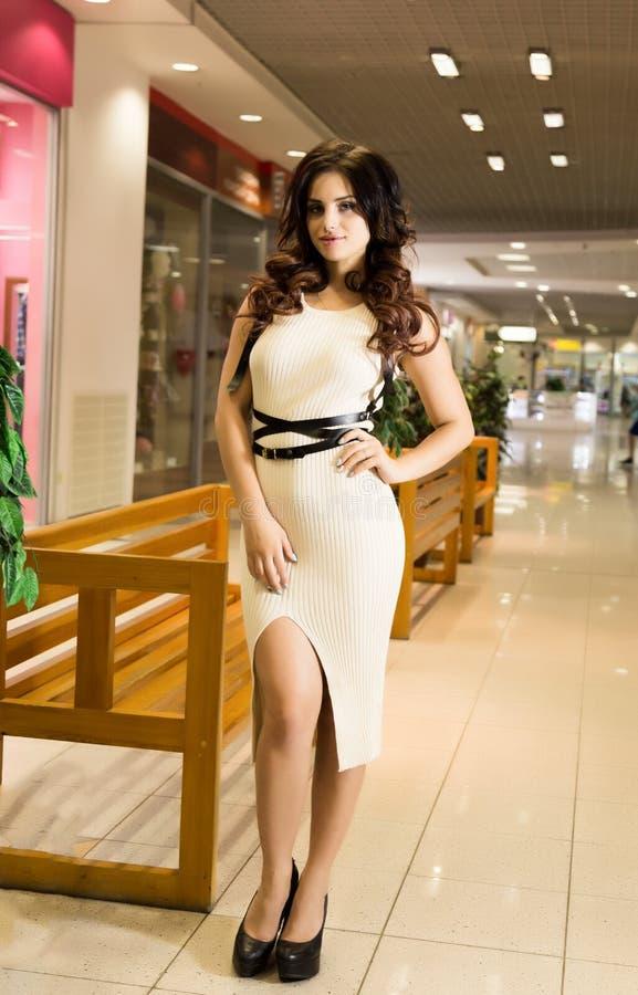 Живите полно Славные красивые покупки молодой женщины пока идущ через мол стоковое фото rf
