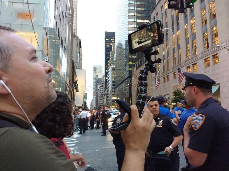 Живите текл на социальных средствах массовой информации ралли Анти--козыря, NYC, NY, США стоковые фото
