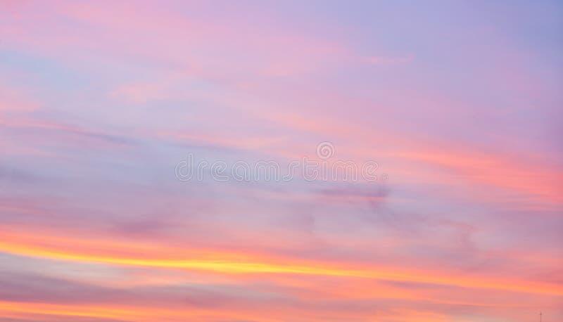 Живой абстрактный пинк и голубое небо на заходе солнца стоковые фотографии rf