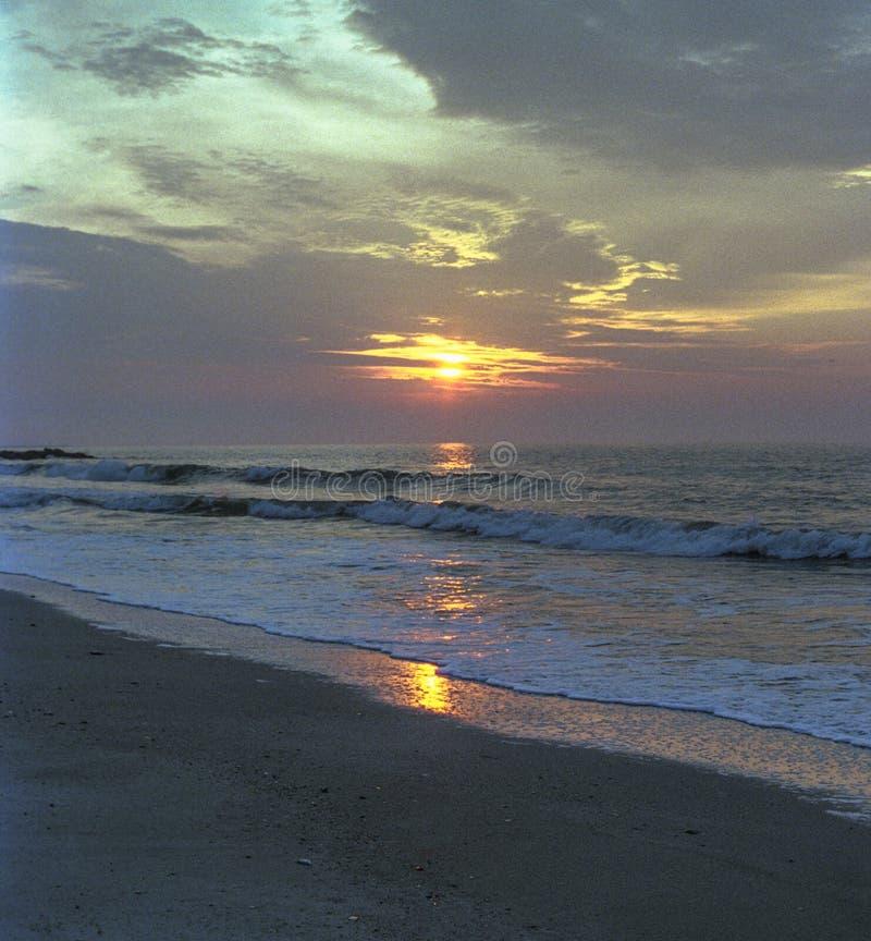 Живой восход солнца восточного побережья при волны сильно складывая берег стоковая фотография