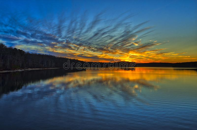 Живой заход солнца на пропуская озере стоковые изображения