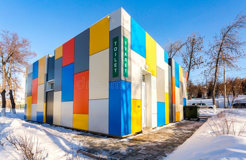 Живой красочный общественный туалет на обваловке города в зиме стоковое фото rf