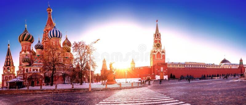 Живой панорамный вид красной площади и Кремля в заходе солнца стоковая фотография rf
