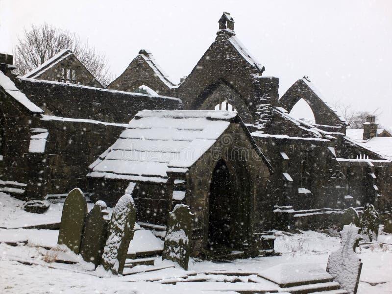 Живописная загубленная церковь в падая снеге в heptonstall стоковое изображение