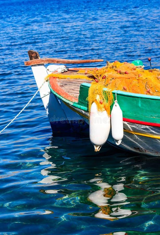 Живописная рыбацкая лодка в гавани перед заходом солнца стоковые изображения