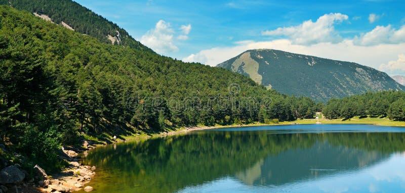 Живописное озеро, горы и голубое небо стоковое изображение