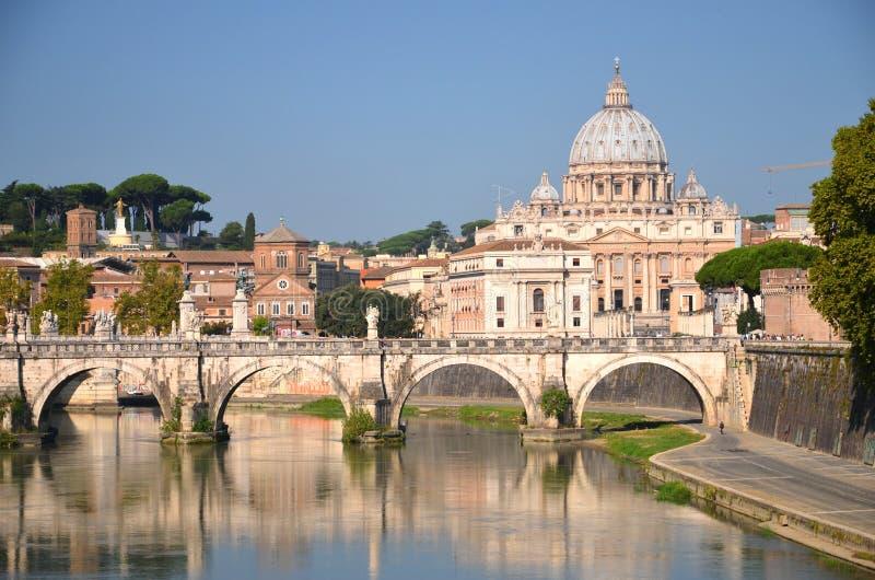 Живописный ландшафт базилики St Peters над Тибром в Риме, Италии стоковое фото rf