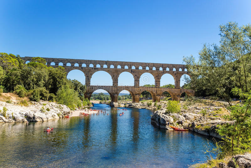 Живописный ландшафт с мост-водоводом Pont du Гаром, Францией стоковые изображения