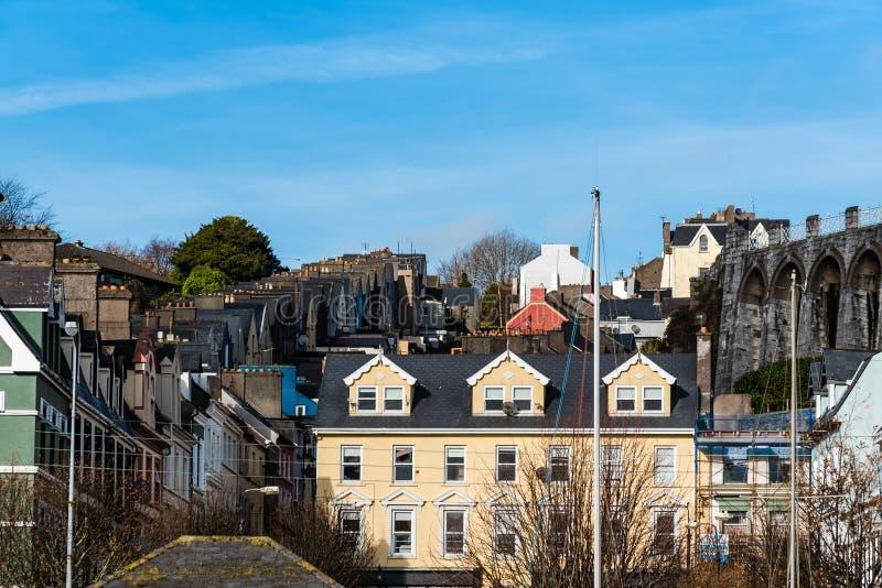 Живописный взгляд домов строки в малом ирландском городке стоковые фото