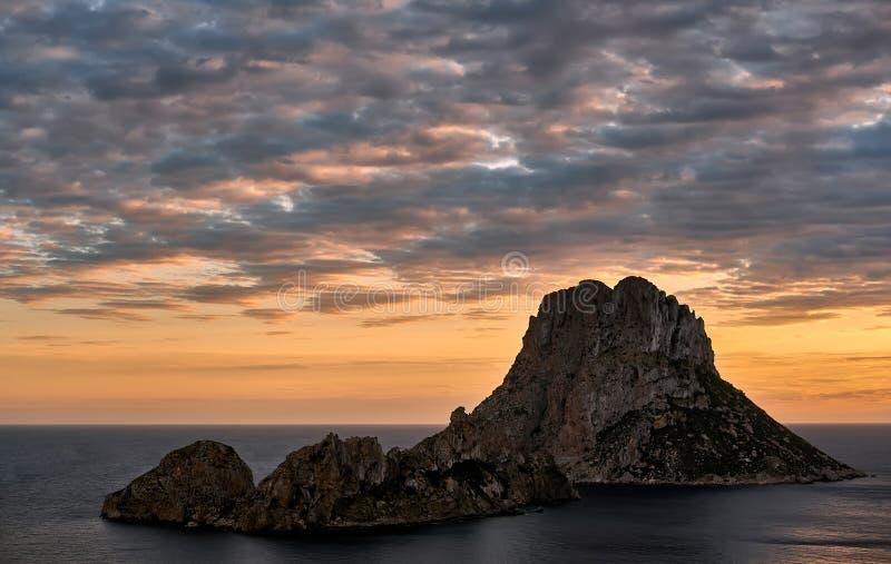 Живописный взгляд загадочного острова Es Vedra на заходе солнца стоковое изображение