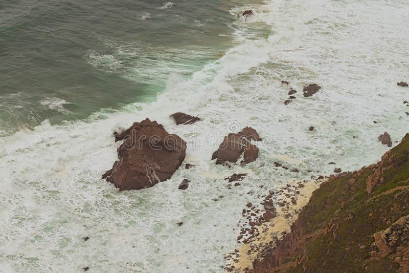 Живописный взгляд ландшафта к опасным утесам перед накидкой Roca Cabo da Roca стоковые изображения