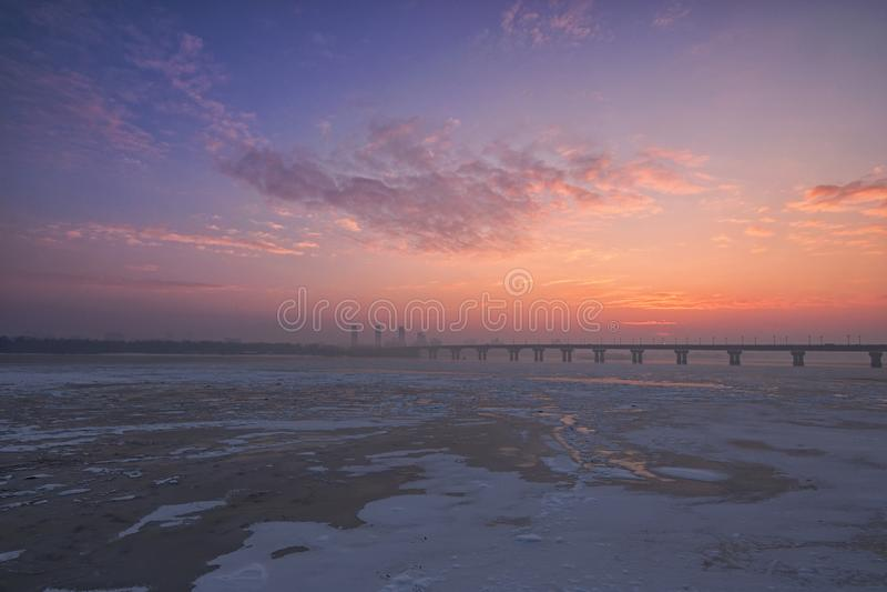 Живописный взгляд утра реки Dnipro Dnieper покрытого льдом Восход солнца на морозном утре зимы с меньшим туманом стоковая фотография rf