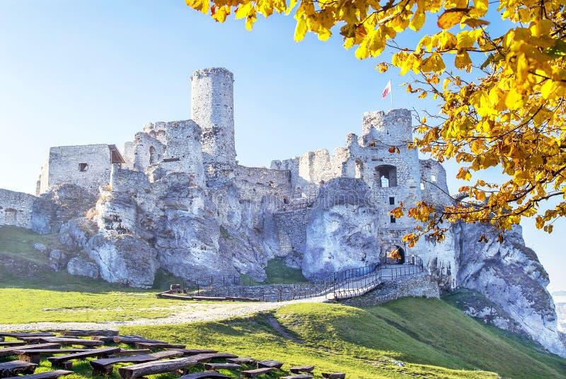 Живописный взгляд замка Ogrodzieniec в осеннем дне Около Cracow, Польша стоковая фотография