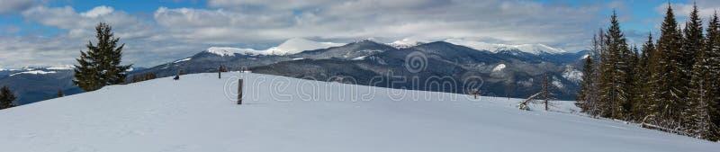 Живописный горный вид зимы Наклон горы Skupova стоковые изображения