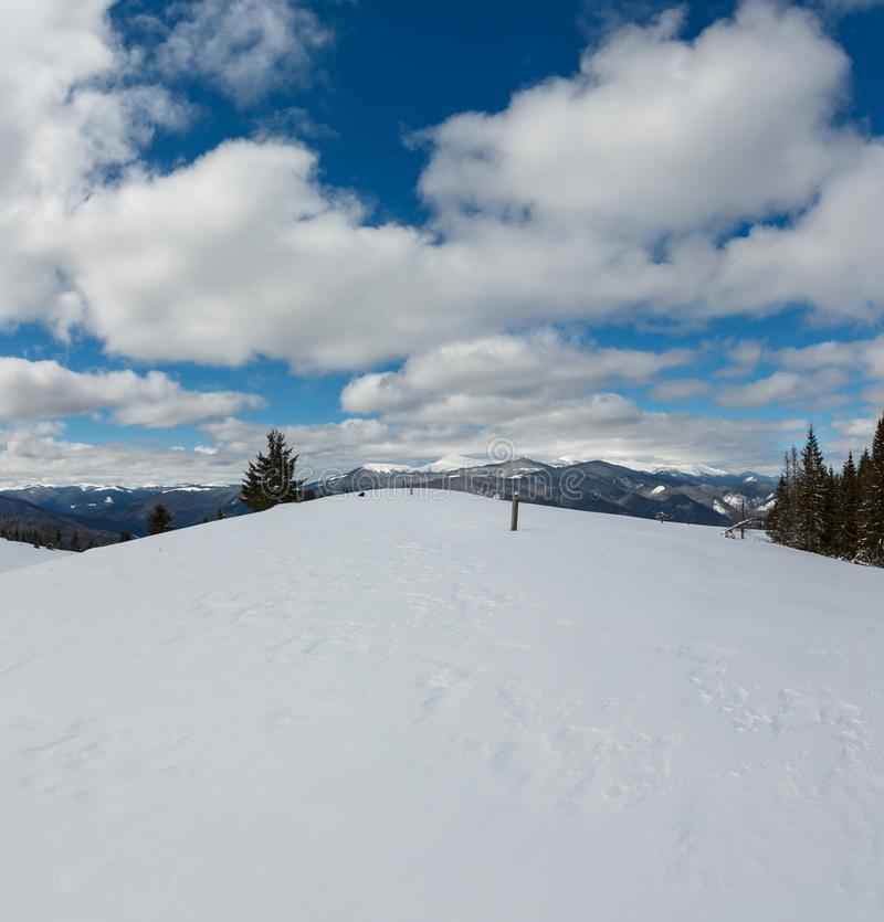 Живописный горный вид зимы от наклона горы Skupova сугроба, Украины, взгляда к снегу Chornohora покрыл гребень и типун стоковое изображение