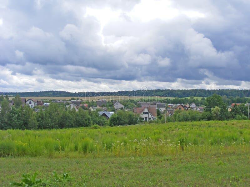 Живописный деревенский пейзаж деревни в Беларуси в пасмурной погоде стоковое фото