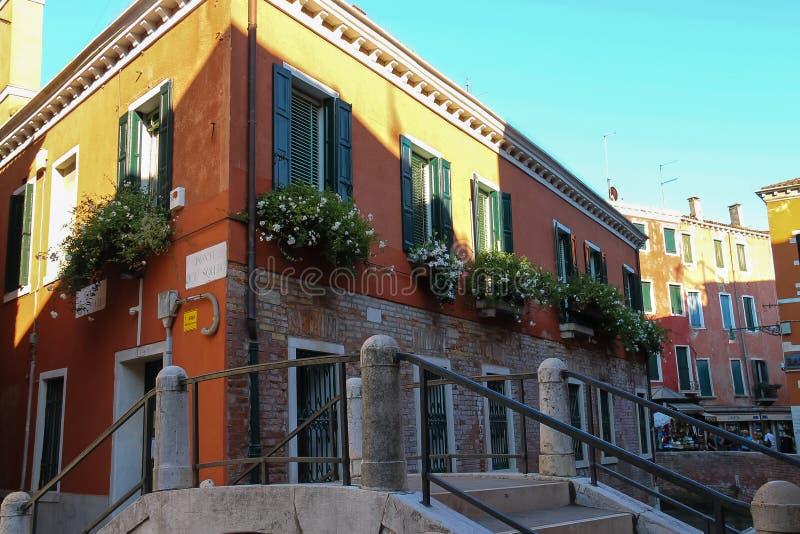 Живописный дом с цветками в историческом центре Венеции, Ita стоковое изображение rf