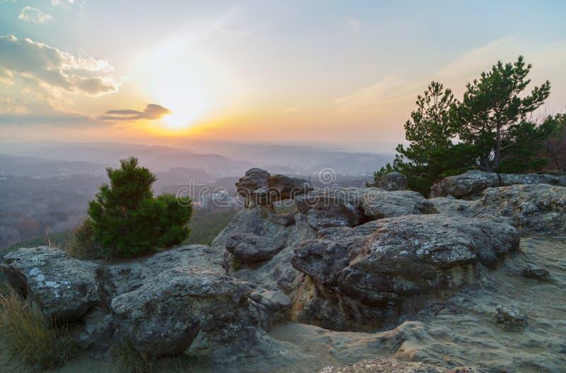 Живописный заход солнца с взглядами города от скалы стоковое фото rf