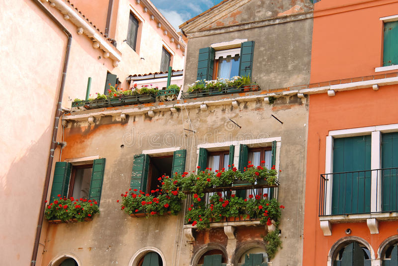 Живописный итальянский дом с цветками на балконах стоковое изображение rf