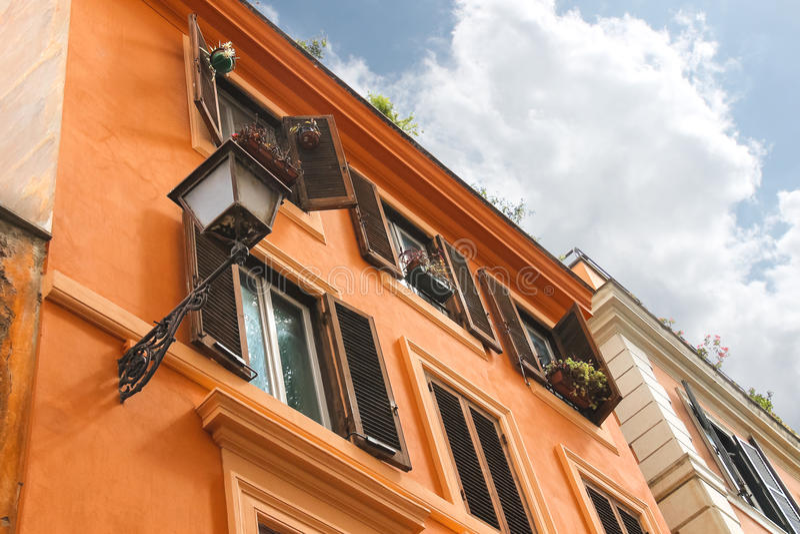 Живописный итальянский дом с цветками на окнах стоковые фото