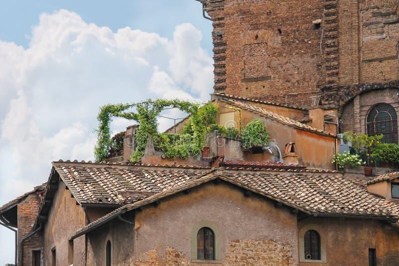 Живописный итальянский дом с цветками на террасе стоковая фотография
