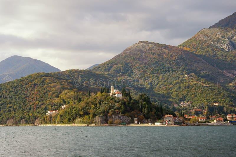 Живописный среднеземноморской ландшафт на пасмурный день осени Черногория, Адриатическое море, залив Kotor стоковое изображение rf