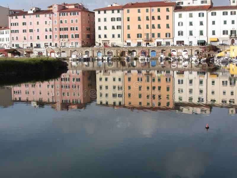 Живописный старый жилой район около центра города Ливорно Италия Тоскана Дома и шлюпки отражены внутри стоковая фотография