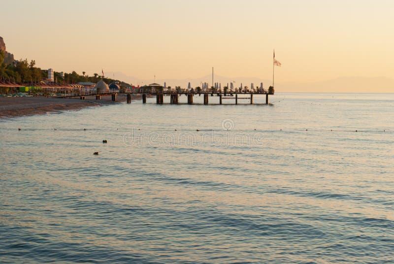 Живописный seascape в Турции Изумляя восход солнца на пляже, оранжевые облака отразил в спокойной воде стоковое фото
