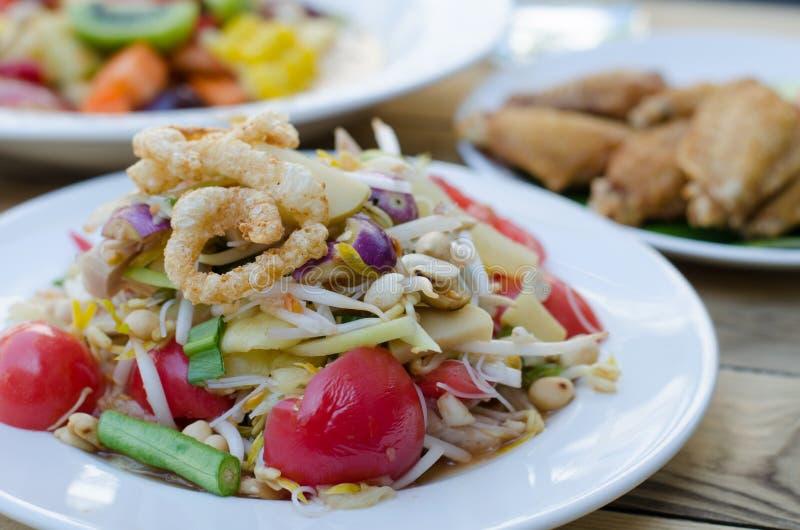 Животик сома, салат папапайи с лапшой риса whit стоковое фото