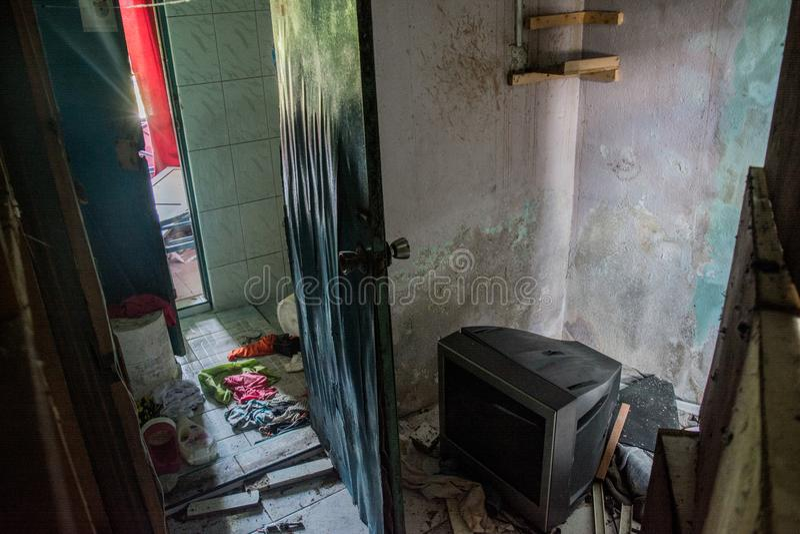 Живущая комната в загубленном покинутом, который сгорели доме стоковое фото