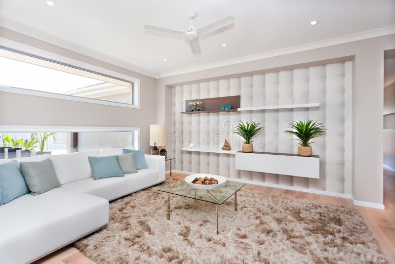 Живущая комната в роскошном доме с естественными украшением и whi стоковые изображения rf