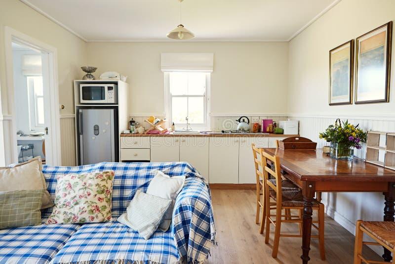 Живущая комната и кухня в доме малой страны стоковая фотография rf