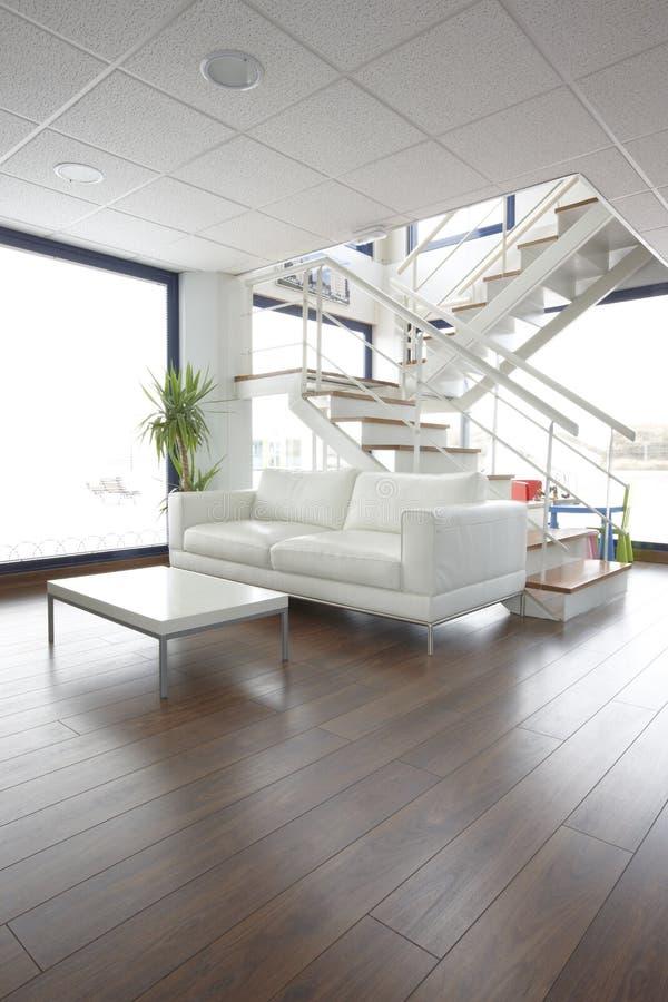 Живущая комната на двухшпиндельной квартире стоковое фото rf