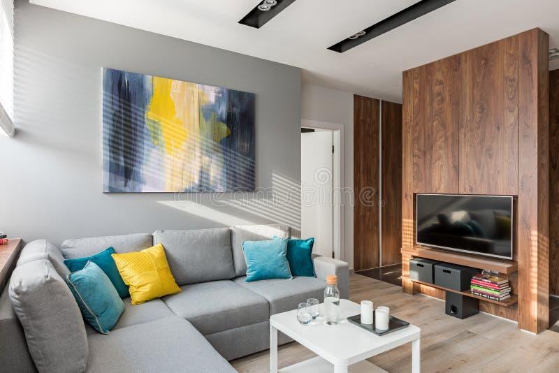 Живущая комната с большой софой стоковые фотографии rf