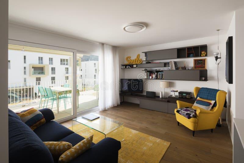 Живущая комната с голубой софой стоковое изображение rf