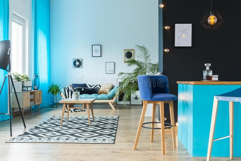 Живущая комната с дополнением кухни стоковое изображение