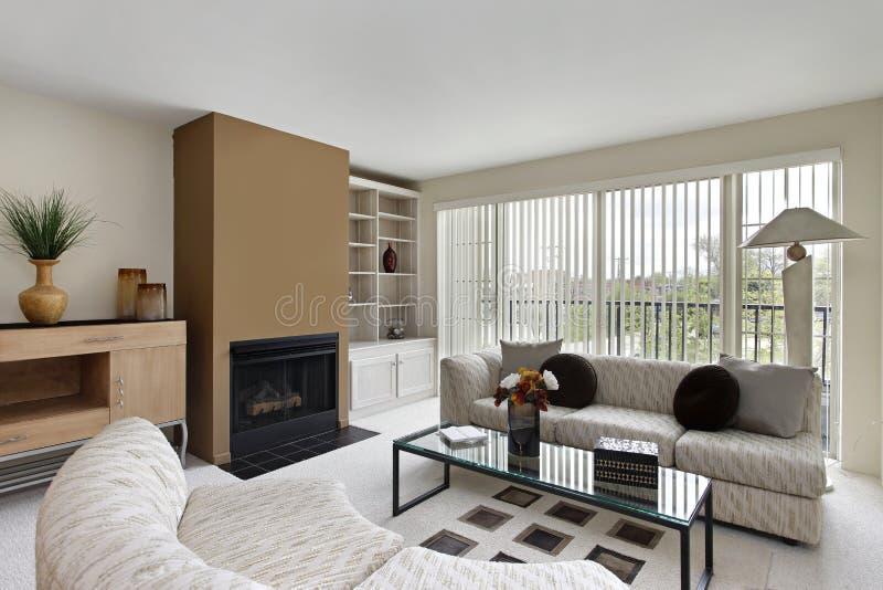 Живущая комната с камином стоковая фотография rf