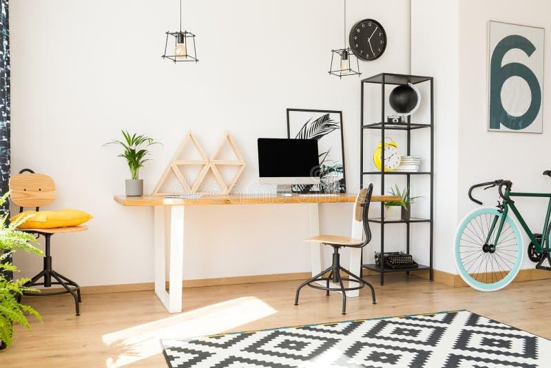 Живущая комната с рабочой зоной стоковые фотографии rf