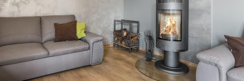 Живущая комната с стильным камином стоковые изображения rf